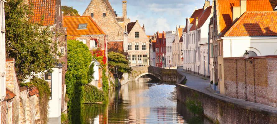 Tag turen til den hyggelige by Brugge og husk at besøg de smukke kanaler.