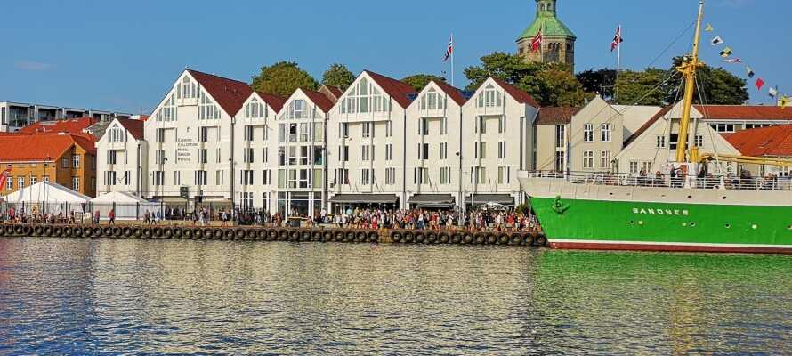 Hotellet har alletiders centrale beliggenhed på den charmerende havn i Stavanger, hvor I bor i smukke og maritime omgivelser.
