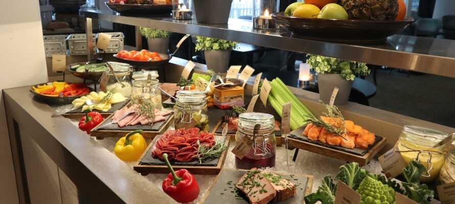 Während des Aufenthaltes können Sie eine Menge guten Essens genießen, da das Hotel morgens und abends abwechslungsreiche Büfetts serviert.