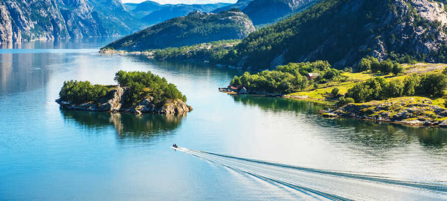 Machen Sie eine unvergessliche Schiffstour auf den umgebenden Fjorden, und erleben Sie beispielsweise ein kleines Fjordcruise auf dem Lysefjorden.