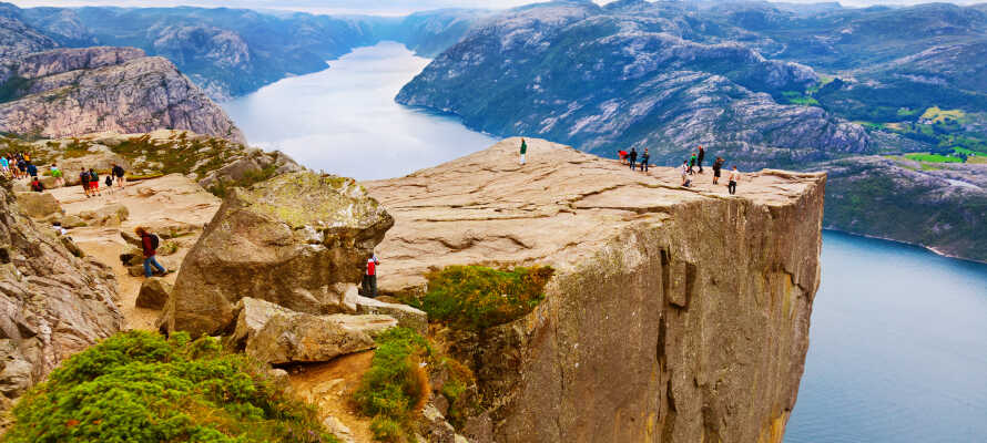 Gör en utflykt till Preikestolen där ni har en helt fantastisk utsikt över Lysefjord