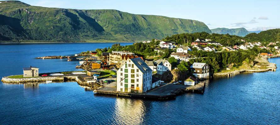 Hier wohnen Sie direkt am Brosund, mit einem herrlichen Blick auf die Fjorde und Berge.