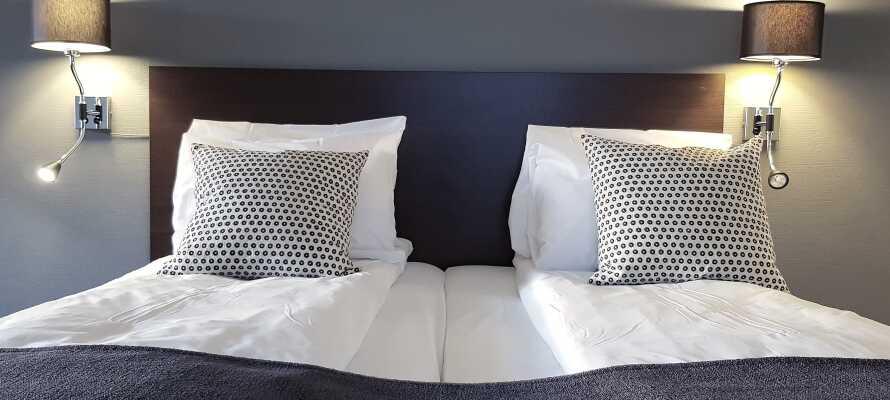Hotellets værelser tilbyder god komfort med lækre Jensen-senge, og giver jer behagelige rammer under opholdet.