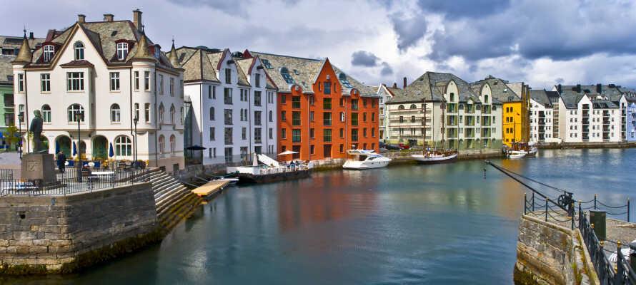 Ålesund er bl.a. kjent for sin Art Nouveau-arkitektur, og her bor dere rett ut mot Brosundet.