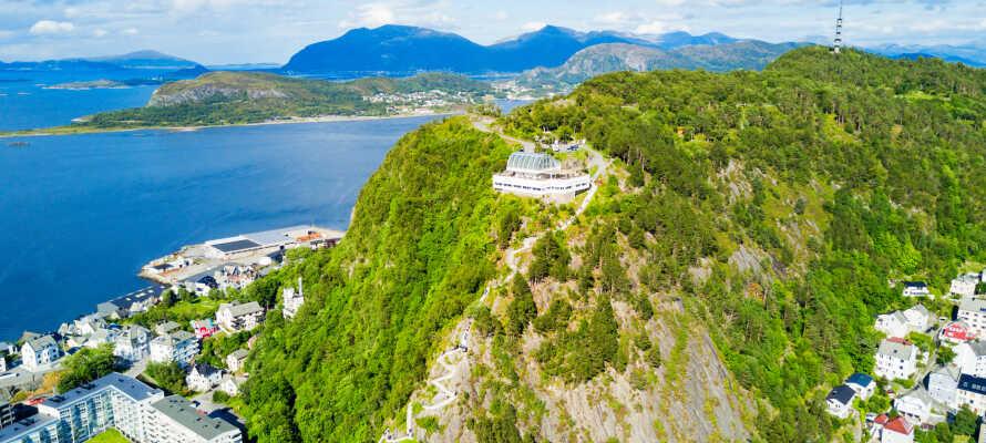Nyd en fantastisk panoramisk udsigt fra den hyggelige café, 'Fjellstua', på toppen af Aksla-bjerget.