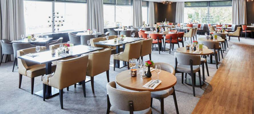 Den stilfulde restaurant, 'De Bijhorst', byder på udsøgte aftenmåltider.