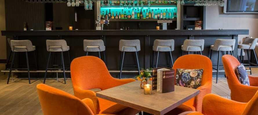 Hotellets hyggelige bar er det perfekte stedet å ta en drink for å runde av dagen.