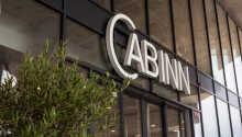 Cabinn ligger på Vesterbro med en sentral beliggenhet i hovedstaden.