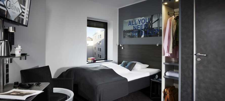 I bor på hyggelige og komfortable værelser med fokus på funktionalitet.