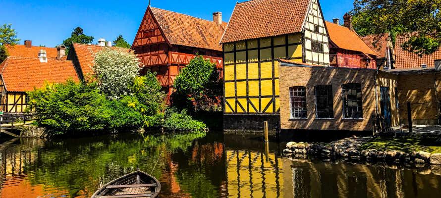 Utforsk gamlebyen, som er kjent for sin livlige historie.