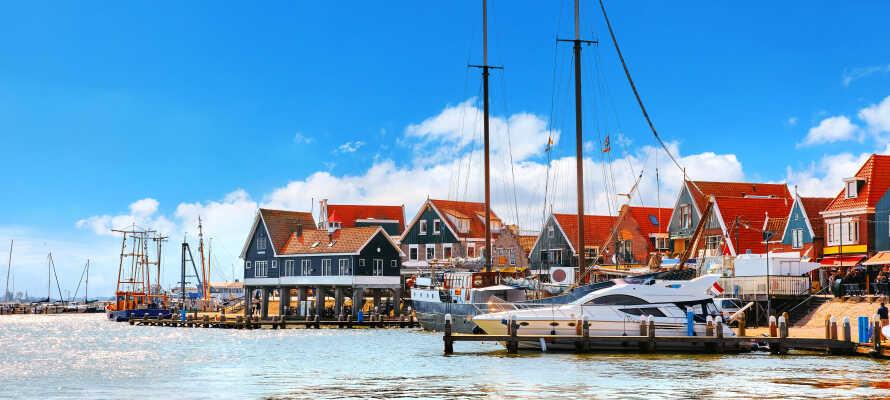 Utforsk den idylliske fiskerlandsbyen Volendam, hvor du kan ta en tur på marinaen.