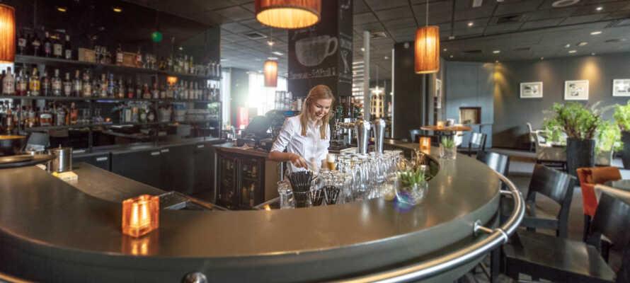 Ta en drink i baren mens dere kikker på den innbydende menyen.