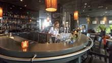 Slut dagen af med en drink i baren og godt selskab.