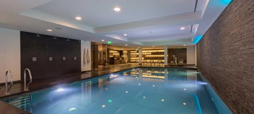 Sie können den schönen Wellnessbereich des Hotels mit Innenpool, Sauna und Dampfbad frei nutzen