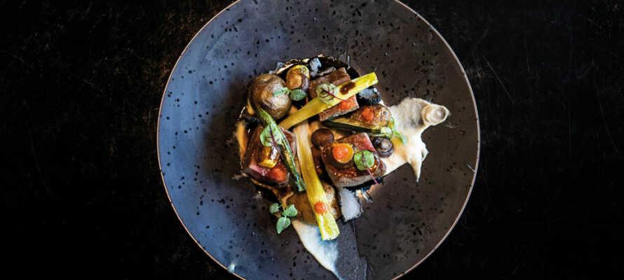 Ät gott i hotellets restaurang som serverar internationella rätter