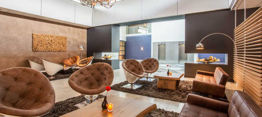 Ta en drink i hotellets mysiga bar eller bara slappna av i de bekväma möblerna