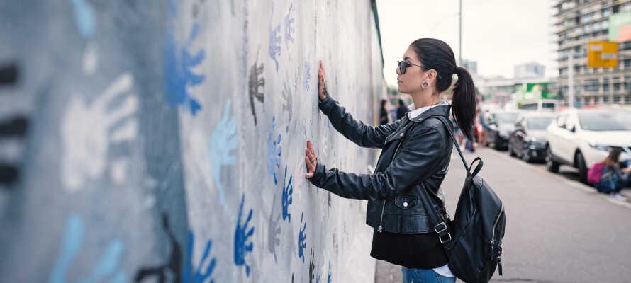Känn historiens vingslag vid Berlinmuren och besök andra sevärdheter som Brandenburger Tor och Mercedes Benz Arena