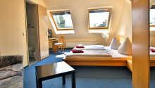 I bor på hyggelige og komfortable værelser, som alle har eget badeværelse.