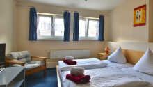 Alle værelserne har eget bad og toilet, behagelige senge, skrivebord og stol, et lille siddeområde og kabel-TV.