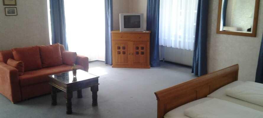 I bor på hyggelige og hjemligt indrettede værelser med TV, telefon og privat badeværelse.