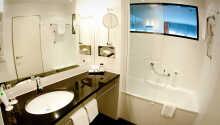 Rummen är rymliga, komfortabelt inredda och har eget badrum