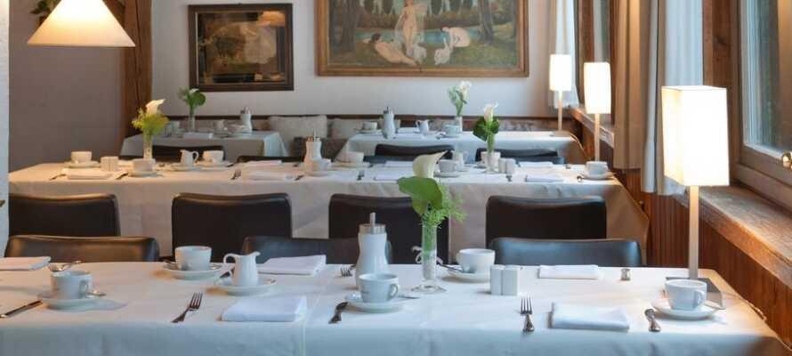 I hotellets restaurang erbjuds ni läckra rätter, tillagade på färska råvaror.