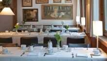 Genießen Sie eine Mahlzeit im charmanten Restaurant des Hotels.