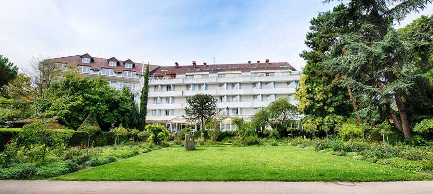 Hotellet ligger direkte ud til byens smukke kurhaver, som indbyder til rolige slentreture.