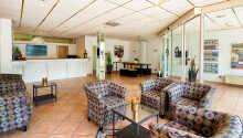 Hotellet er innredet i et elegant design, som skaper en komfortabel atmosfære.