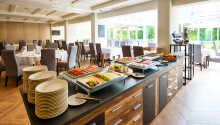 Start dagen med en herlig frokost, hvor det både er varme og kalde retter tilgjengelig.
