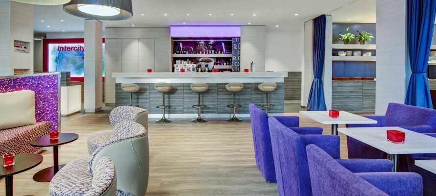 Nyd hyggelige aftenstunder i hotellets bar - opholdet inkluderer et gratis glas vin eller vand.