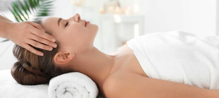 Erholung und Entspannung im hoteleigenen Wellnessbereich. Der Aufenthalt beinhaltet eine kleine Tube Körperpeeling und eine Flasche Wasser.