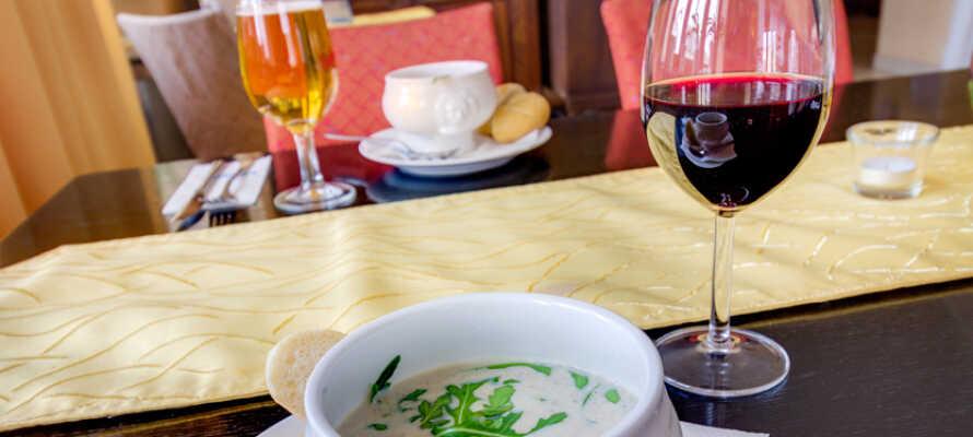 Nyd godt af all-inclusive pakken med lækre måltider i hotellets to restauranter