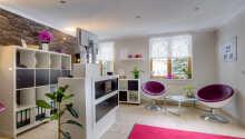 Hotellet har 40 nydeligt indrettede værelser, som alle har eget badeværelse med bruser eller badekar.