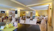 Nyd masser af god mad i en af hotellets to restauranter, som en del af all-inclusive pakken.