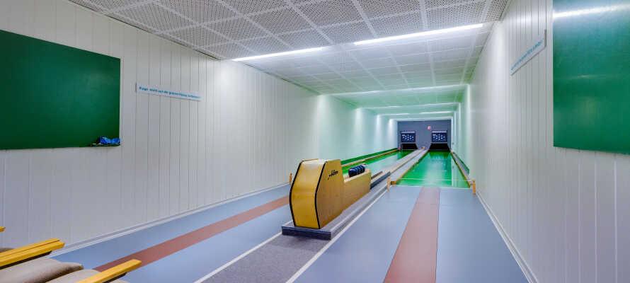 Tag et spil bowling på hotellets egen bowlingbane.