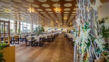 I den moderne restaurant venter kulinariske nydelser.