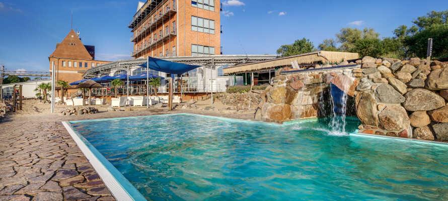 Genießen Sie Ihren Urlaub am  hoteleigenen schönen Außenpool mit Wasserfall, geöffnet von April bis Oktober.