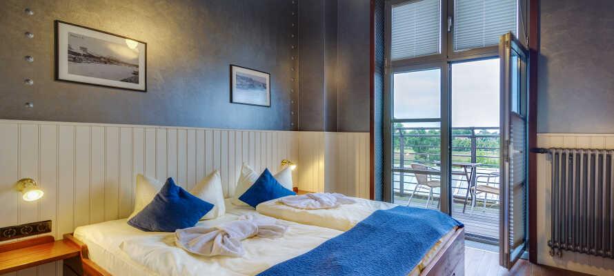 I bor på flotte værelser, som alle er indrettet i en hyggelig, maritim stil.