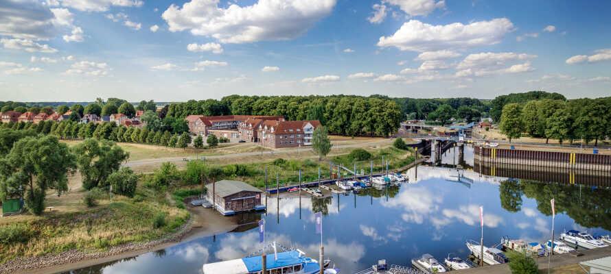 Genießen Sie im 360° Panoramarestaurant des Hotels die fantastische Aussicht über den Hafen und den Flusslauf der Elbe.
