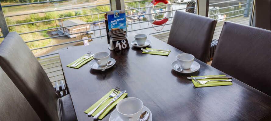 I panoramarestauranten kan I nyde morgenmaden og eftermiddagskaffen i maritime omgivelser.