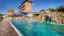 Genießen Sie das rllaubsleben am hoteleigenen Außenpool mit Wasserfall