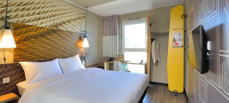 Hotellets værelser er moderne og stilfulde, og tilbyder komfortable rammer under opholdet.