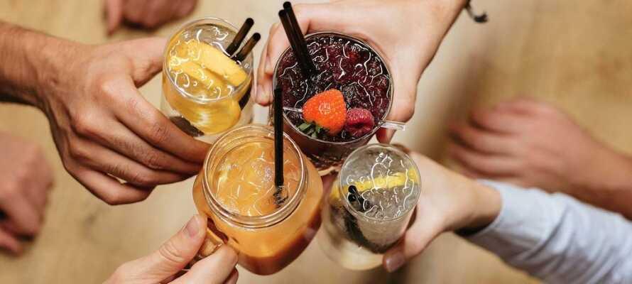 Hotellets trevliga loungebar är öppen dygnet runt och här hittar ni både lättare tilltugg och sofistikerade drinkar