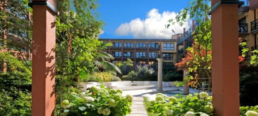 Hotellkomplekset har en frodig hage og rom både med og uten balkong