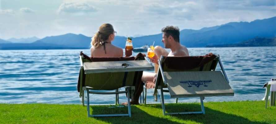 Den private Mirabello strand kan besøkes (mot et gebyr), hvis det frister med en dukkert i Gardasjøen