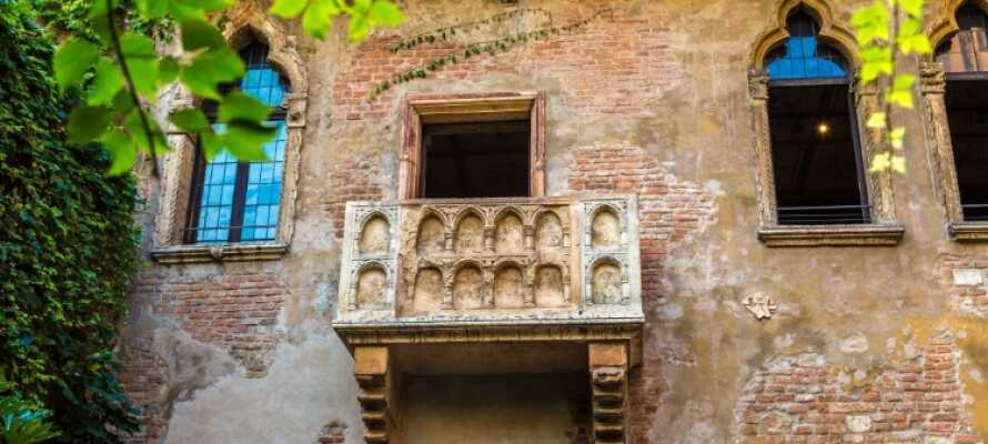 Den populäraste orten att besöka är utan tvekan Verona. Se den romerska amfiteatern och Romeo och Julias balkong.