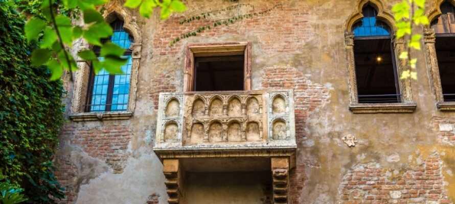Der beliebteste Tagesausflug ist zweifellos Verona. Sehen Sie das römische Amphitheater und den Balkon von Romeo und Julie.
