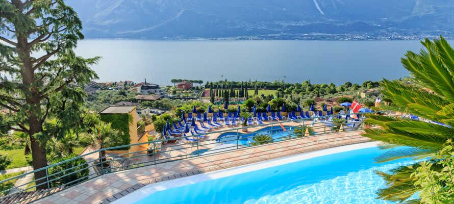 Hotel San Pietro ligger med udsigt udover Gardasøen, og har to udendørs pools, hvor I kan nyde den fra.