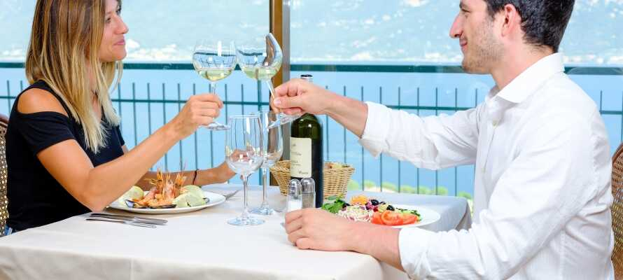 Genießen Sie einen gemütlichen und romantischen Urlaub am Gardasee, umgeben von Bergen und schöner Natur.